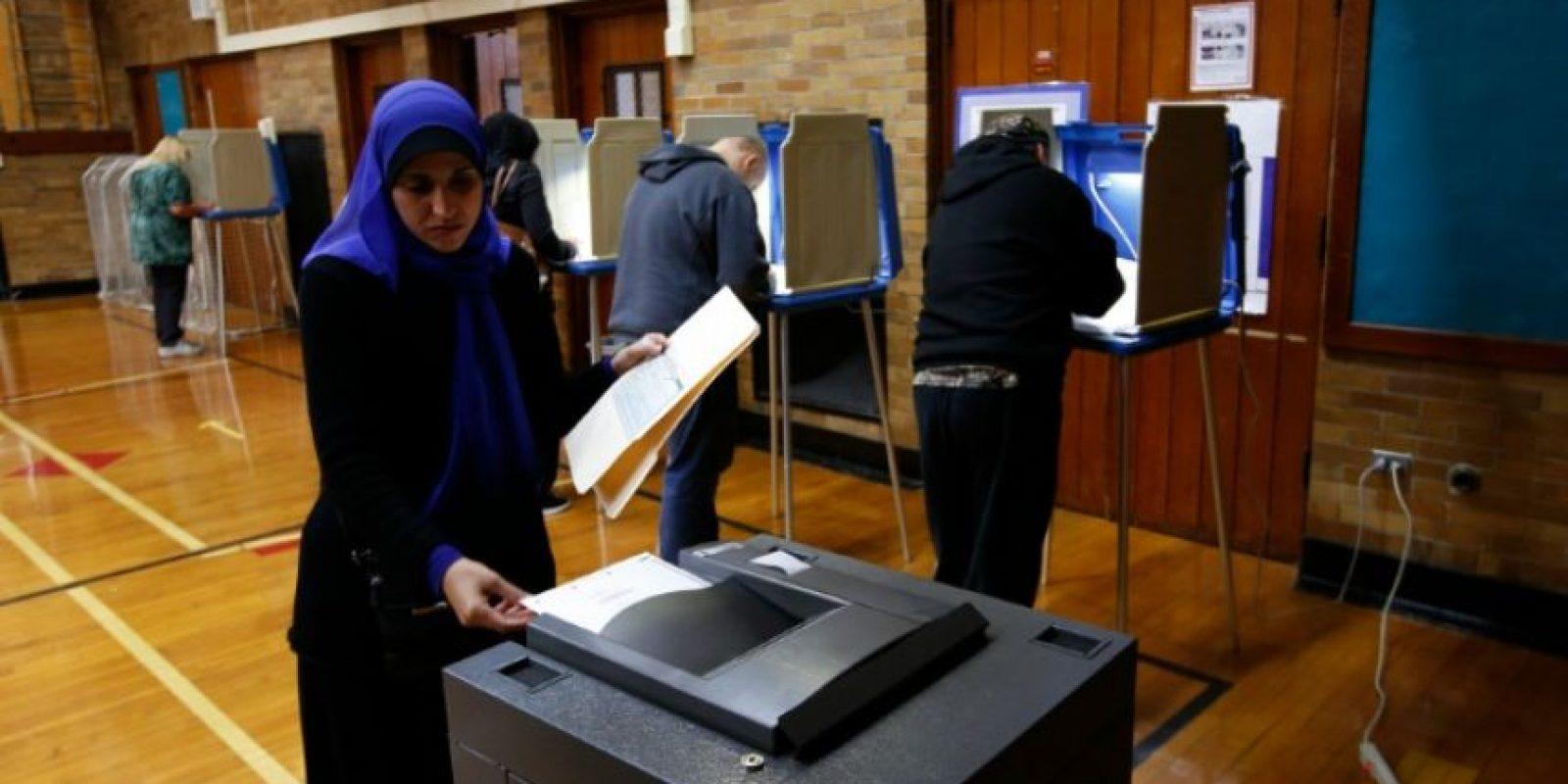Una mujer musulmana en un centro de votación de Dearborn el 8 de noviembre de 2016 Foto:Jeff Kowalsky/afp.com