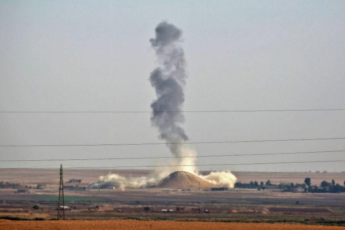 Una columna de humo se eleva tras un ataque de la coalición liderada por EEUU contra objetivos del grupo Estado Islámico en el pueblo de Al Hisha, situado a 40 km de la ciudad de Raqa, el miércoles 9 de noviembre en Siria Foto:Delil Souleiman/afp.com