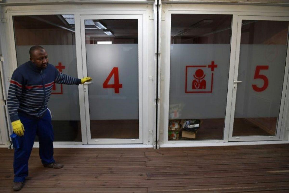 Un trabajador revisa las instalaciones médicas del centro de inmigrantes situado en el norte de París, el 8 de noviembre de 2016 Foto:Christophe Archambault/afp.com