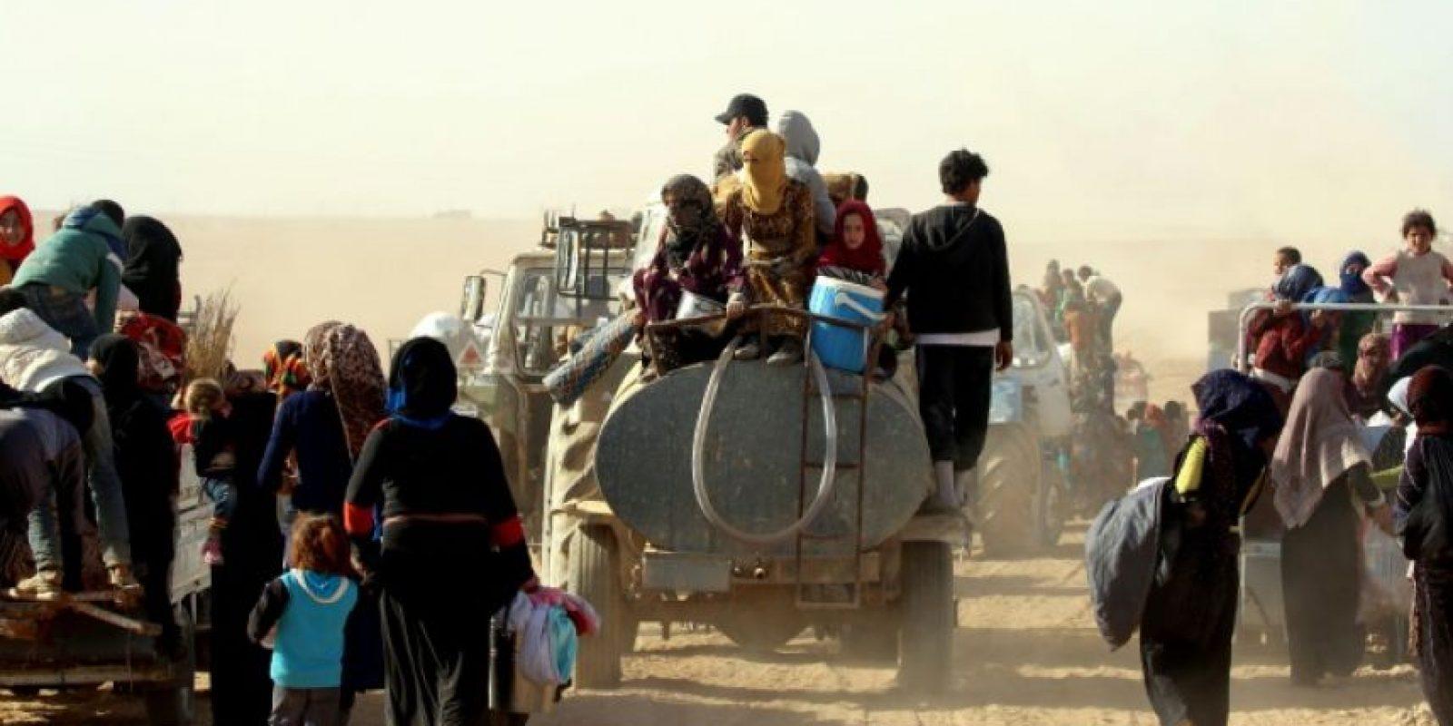 Mujeres y niños sirios viajan desde áreas controladas por los yihadistas del grupo Estado Islámico (EI) hacia áreas más seguras, controladas por las Fuerzas Democráticas Sirias, kurdo-árabes, el 9 de noviembre de 2016 Foto:Delil Souleiman/afp.com