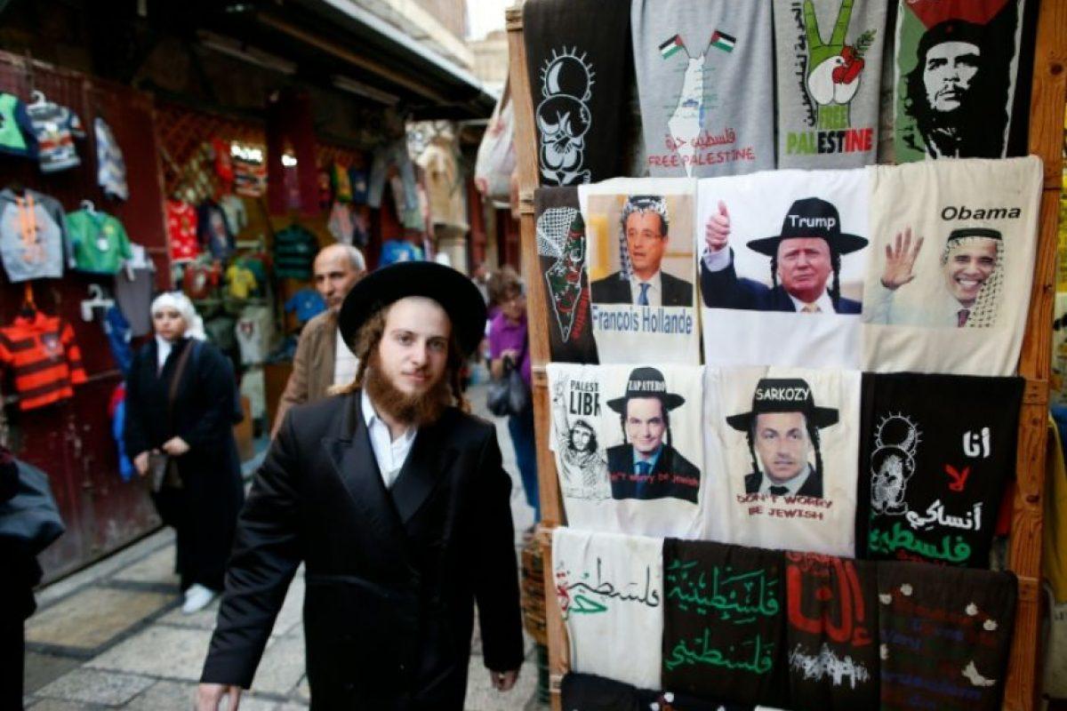 Un joven judío ortodoxo cerca de una tienda de souvernirs con camisetas de Trump y Obama, en el casco antiguo de Jerusalén, el 5 de noviembre de 2016 Foto:Ahmad Gharabli/afp.com