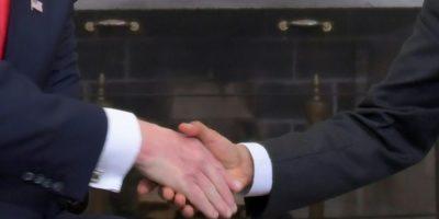 El presidente estadounidense, Barack Obama (dcha), estrecha las manos de su sucesor electo, Donald Trump, el 10 de noviembre de 2016 en la Casa Blanca, en Washington Foto:Jim Watson/afp.com