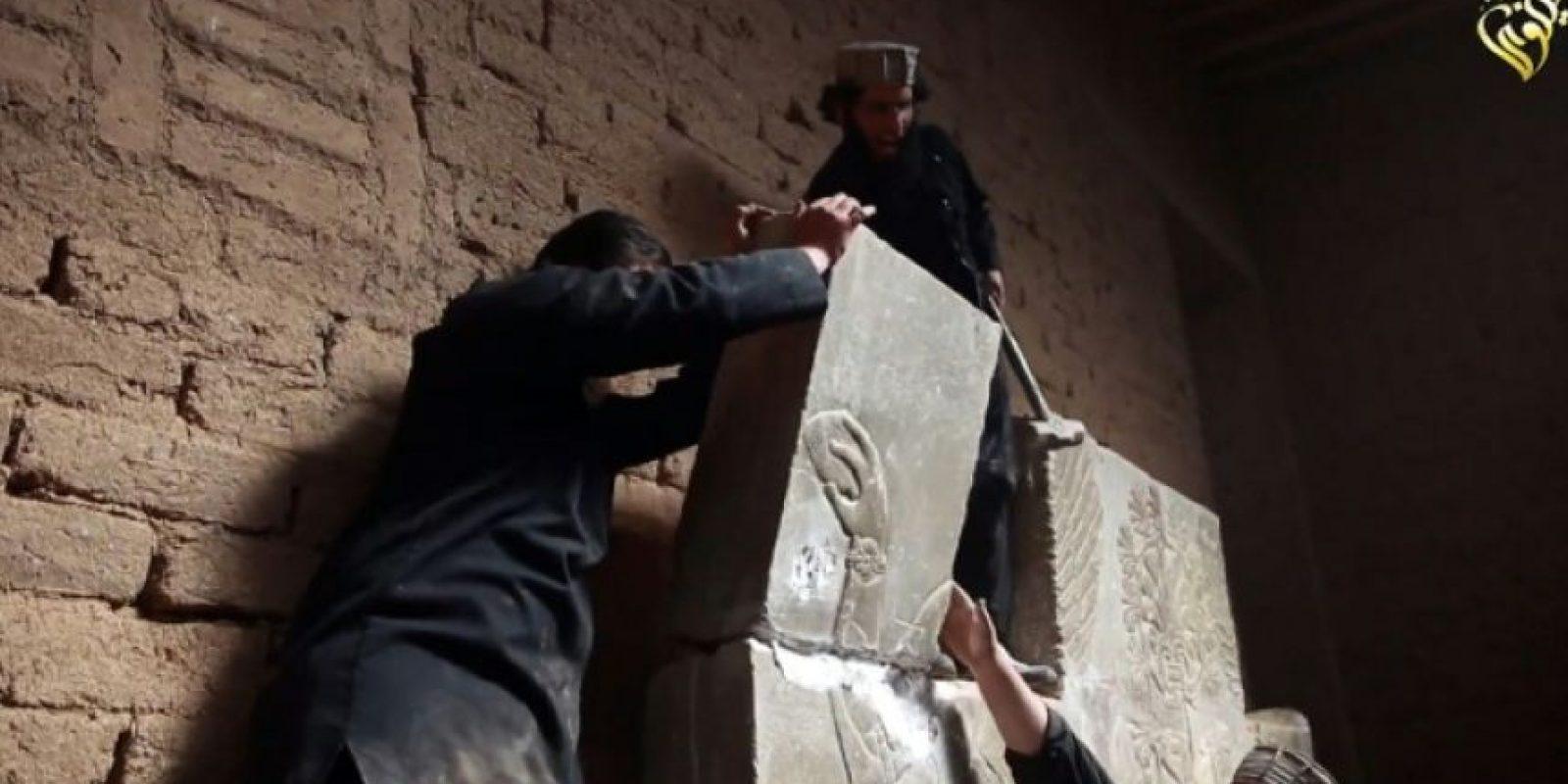 Una captura de imagen sacada de un vídeo difundido el 11 de abril de 2015, en el que aparecen tres miembros del grupo Estado Islámico destruyendo con un martillo losas de piedra de la ciudad antigua de Nimrud Foto:-/afp.com
