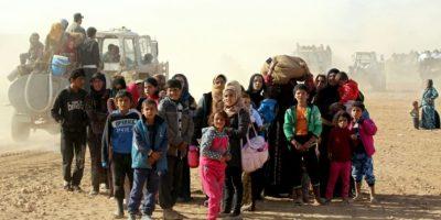 Mujeres sirias y sus hijos viajan hacia el territorio controlado por las Fuerzas Democráticas Sirias (SDF), cerca de Mazraat Jaled, el 9 de noviembre de 2016 Foto:Delil Souleiman/afp.com