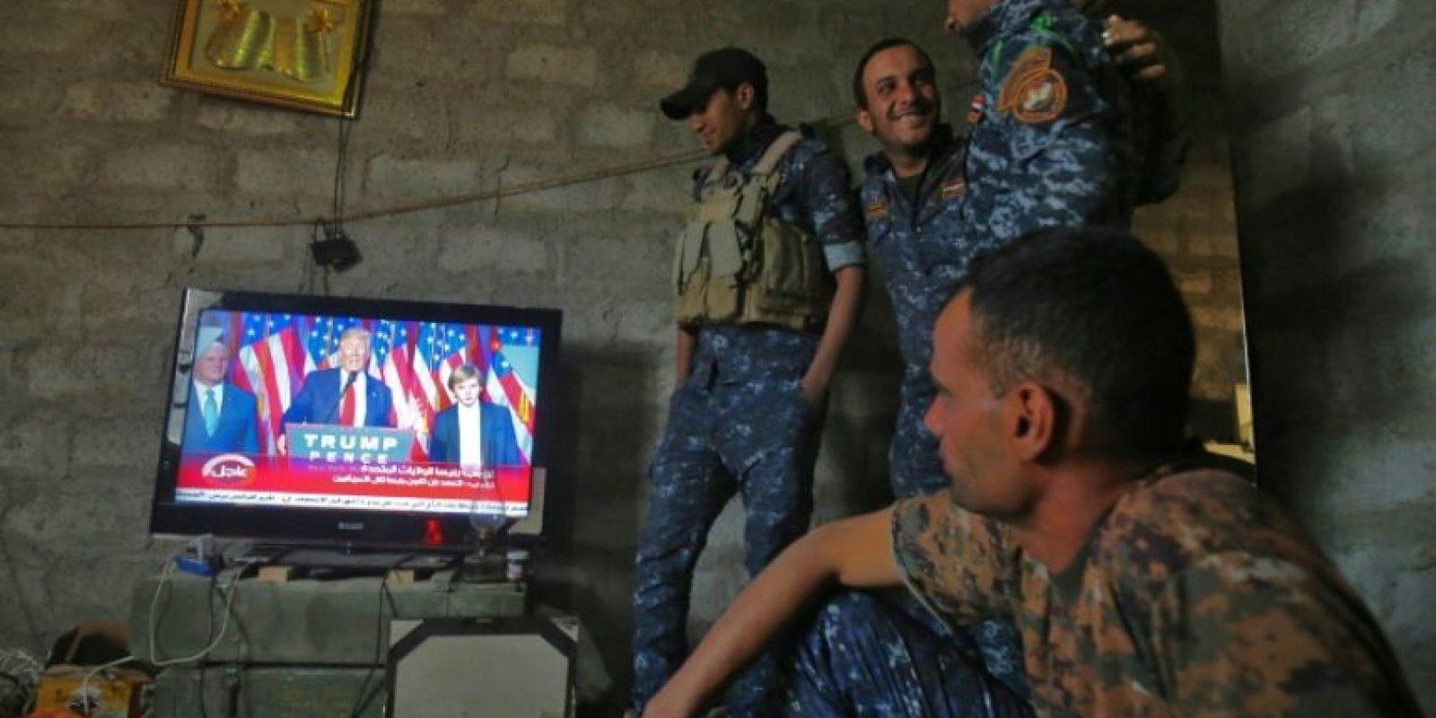 Combatientes de las fuerzas iraquíes ven en televisión un mítin del ganador de las elecciones estadounidenses, Donald Trump, en Arbid, a las afueras del sur de Mosul, el 9 de noviembre de 2016 Foto:Ahmad Al-Rubaye/afp.com