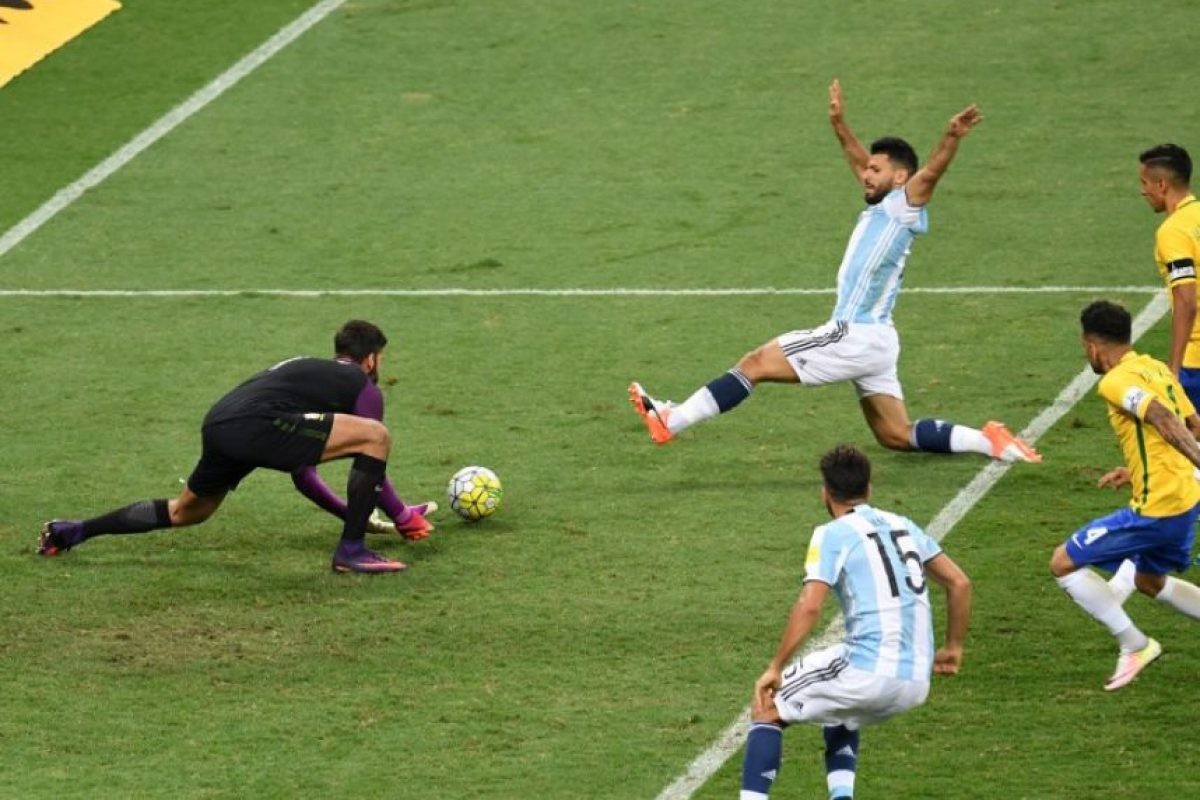 Brasil consiguió en casa tres puntos vitales para mantenerse primero en la eliminatoria. Foto:AFP