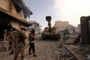 Miembros de las fuerzas del Gobierno Nacional de Acuerdo, en Sirte durante la ofensiva militar para expulsar de la estratégica ciudad al grupo yihadista Estado Islámico, el 14 de octubre de 2016 Foto:Mahmud Turkia/afp.com
