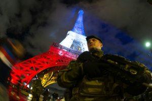 Un soldado, el 17 de noviembre de 2015, enfrente de la torre Eiffel iluminada con los colores de la bandera francesa, como tributo a las víctimas de los atentados de París del 13 de noviembre Foto:Joel Saget/afp.com