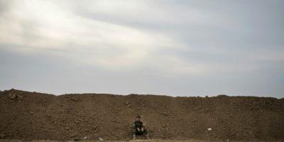 Un soldado kurdo sentado sobre un saco de arena, al norte del puesto de control kurdo-iraquí de Shaquli, a 35 kilómetros al este de Mosul, el 10 de noviembre de 2010 Foto:Odd Andersen/afp.com