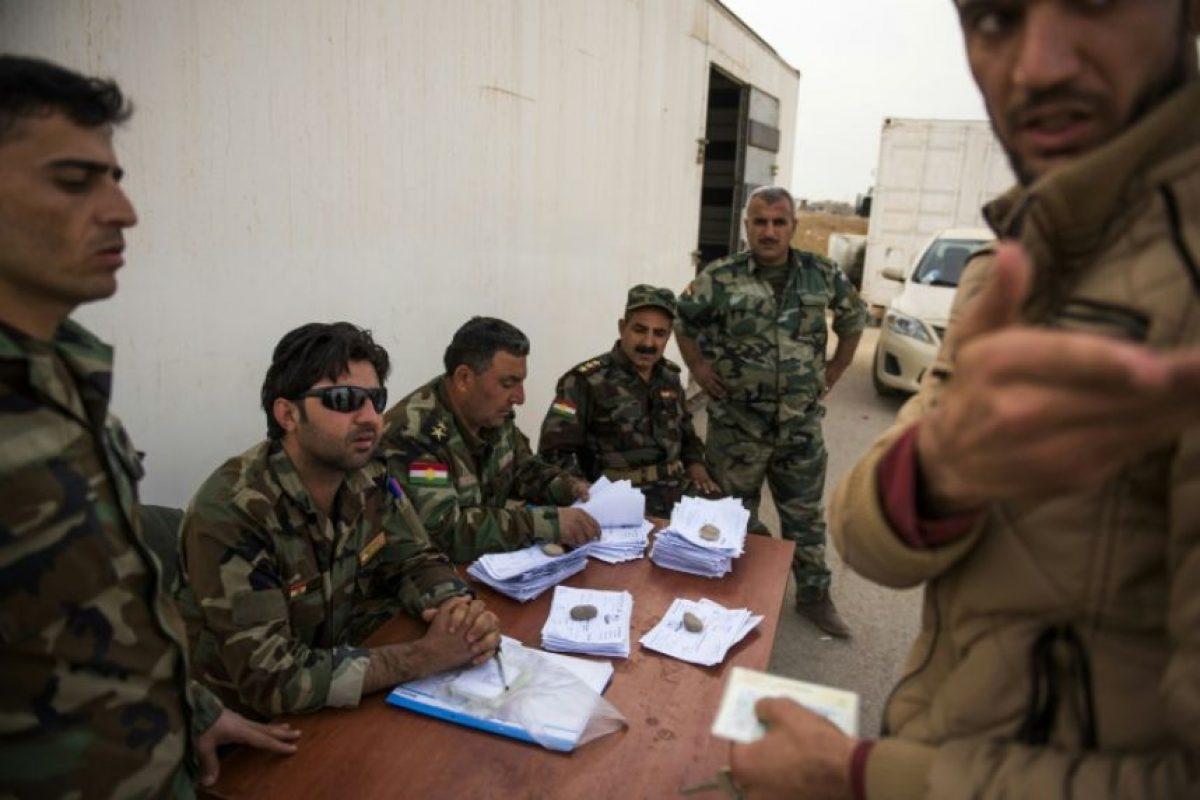 Un hombre intenta convencer a oficiales kurdos de que le dejen atravesar el puesto de control de Shaquli, a 35 kilómetros al este de Mosul, el 10 de noviembre de 2016 Foto:Odd Andersen/afp.com