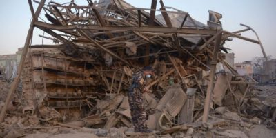 Personal de seguridad afgano inspecciona el lugar del ataque con bomba contra el consulado alemán en Mazar-i-Sharif, este viernes 11 de noviembre al norte de Afganistán Foto:Farshad Usyan/afp.com