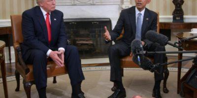 El presidente estadounidense, Barack Obama, hablando con el presidente electo, Donald Trump, en la preparación de la transición política en el Despacho Oval, en la Casa Blanca, el 10 de noviembre de 2016 en Washington Foto:Jim Watson/afp.com