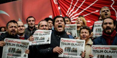 Manifestantes protestan frente a las oficinas del diario opositor turco Cumhuriyet tras la detención de su editor el 1 de noviembre de 2015 en Estambul Foto:Ozan Kose/afp.com