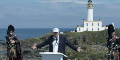 El entonces candidato republicano a la presidencia estadounidense, Donald Trump, el 24 de junio de 2016 en la inauguración de su hotel y campo de golf en Turnberry, Escocia, país del que es originaria su madre Foto:Oli Scarff/afp.com