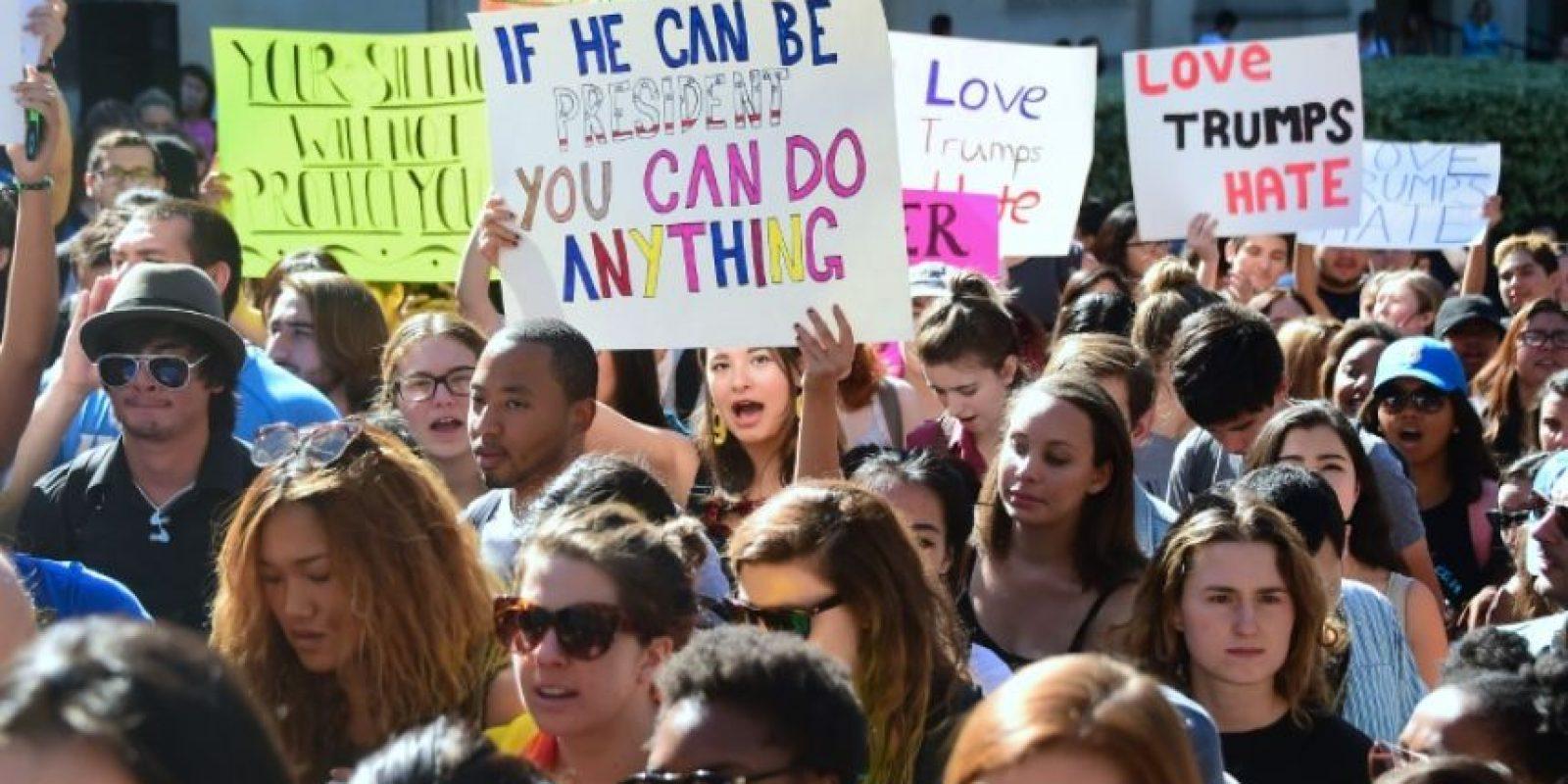 Estudiantes de la Universidad de California marchan en protesta por la elección de Donald Trump como presidente electo de EEUU, el 10 de noviembre de 2016 en Los Ángeles Foto:afp.com