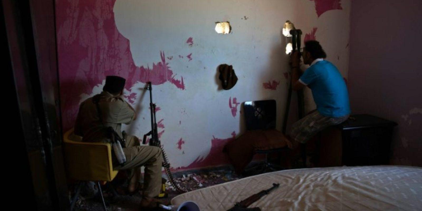 Combatientes de las fuerzas leales al gobierno libio respaldado por la ONU vigilan desde un escondite en Sirte, ciudad costera donde aún resiste el grupo yihadista Estado Islámico (EI), el 26 de octubre de 2016 Foto:str/afp.com
