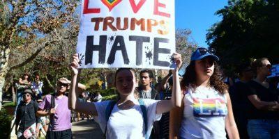 """Estudiantes de la Universidad de California marchan en protesta por la elección de Donald Trump como presidente electo de EEUU, con carteles con el lema """"El amor puede al odio' ('Love Trumps Hate'), el 10 de noviembre de 2016 en Los Ángeles Foto:Frederic J. Brown/afp.com"""