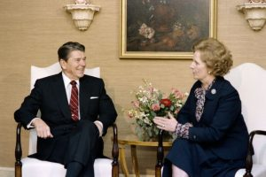 El presidente estadounidense Ronald Reagan y la primera ministra británica Margaret Thatcher, cuando ambos ocupaban esos cargos, en una reunión en Nueva York el 23 de octubre de 1985 Foto:Mike Sargent/afp.com