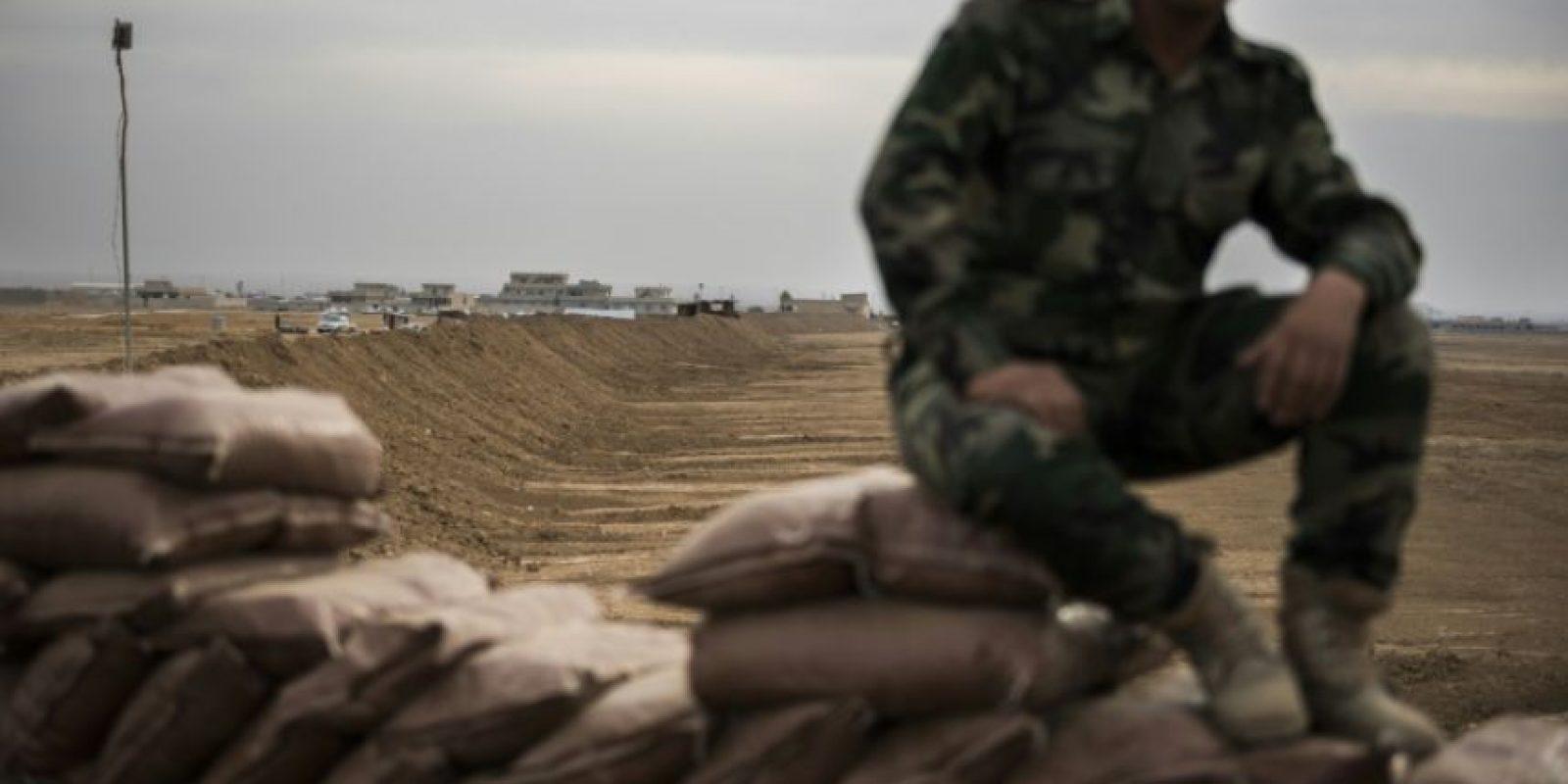 Un combatiente kurdo sentado sobre una berma fronteriza de arena, al norte del puesto de control kurdo-iraquí de Shaquli, a 35 kilómetros al este de Mosul, el 10 de noviembre de 2016 Foto:Odd Andersen/afp.com