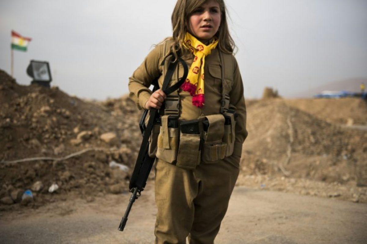 Joven kurda posa con el rifle de asalto de un familiar mientras espera en el puesto de control kurdo-iraquí de Shaquli, a 35 kilómetros al este de Mosul, el 10 de noviembre de 2016 Foto:Odd Andersen/afp.com
