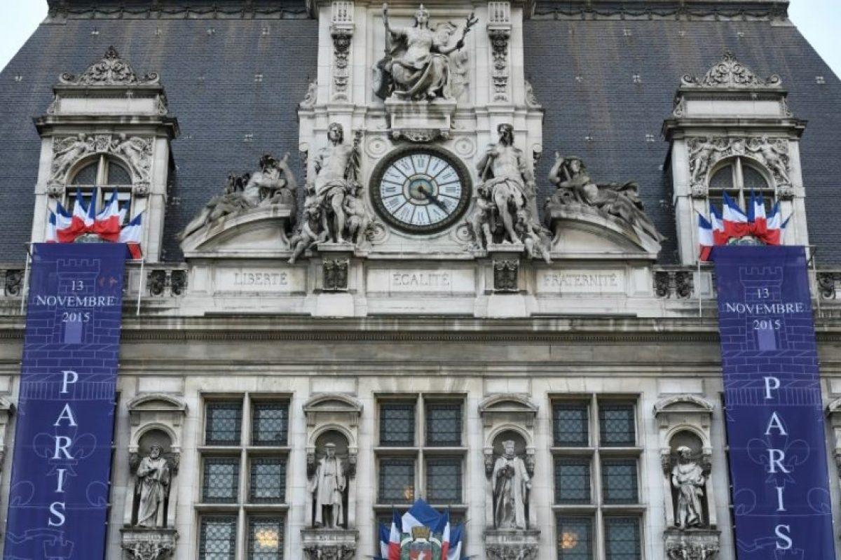 Una pancarta, colocada en la fachada del Ayuntamiento de París, en la que se lee 'París recuerda' y 'París Unido', en memoria de las víctimas de los atentados en la capital francesa del 13 de noviembre de 2015, cuando se cumple un año de los ataques Foto:Lionel Bonaventure/afp.com