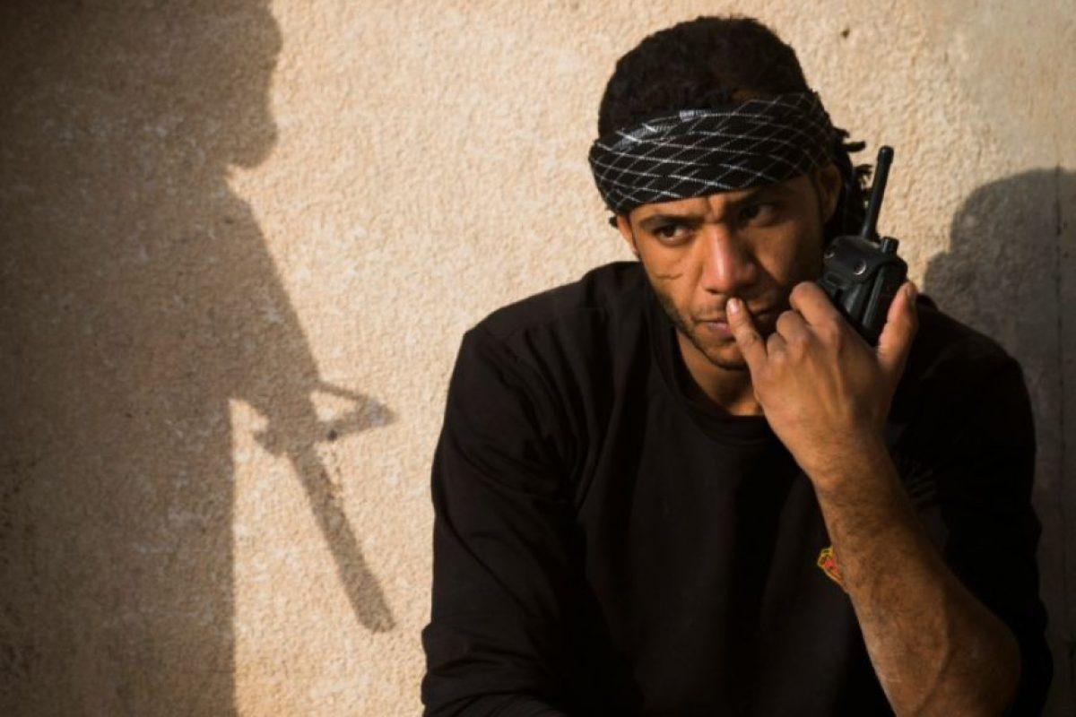 Un soldado de la segunda división de las fuerzas especiales iraquíes escucha por walkie-talkie los avances en los combates contra el grupo yihadista Estado Islámico (EI), en Mosul este 11 de noviembre de 2016 Foto:Odd Andersen/afp.com