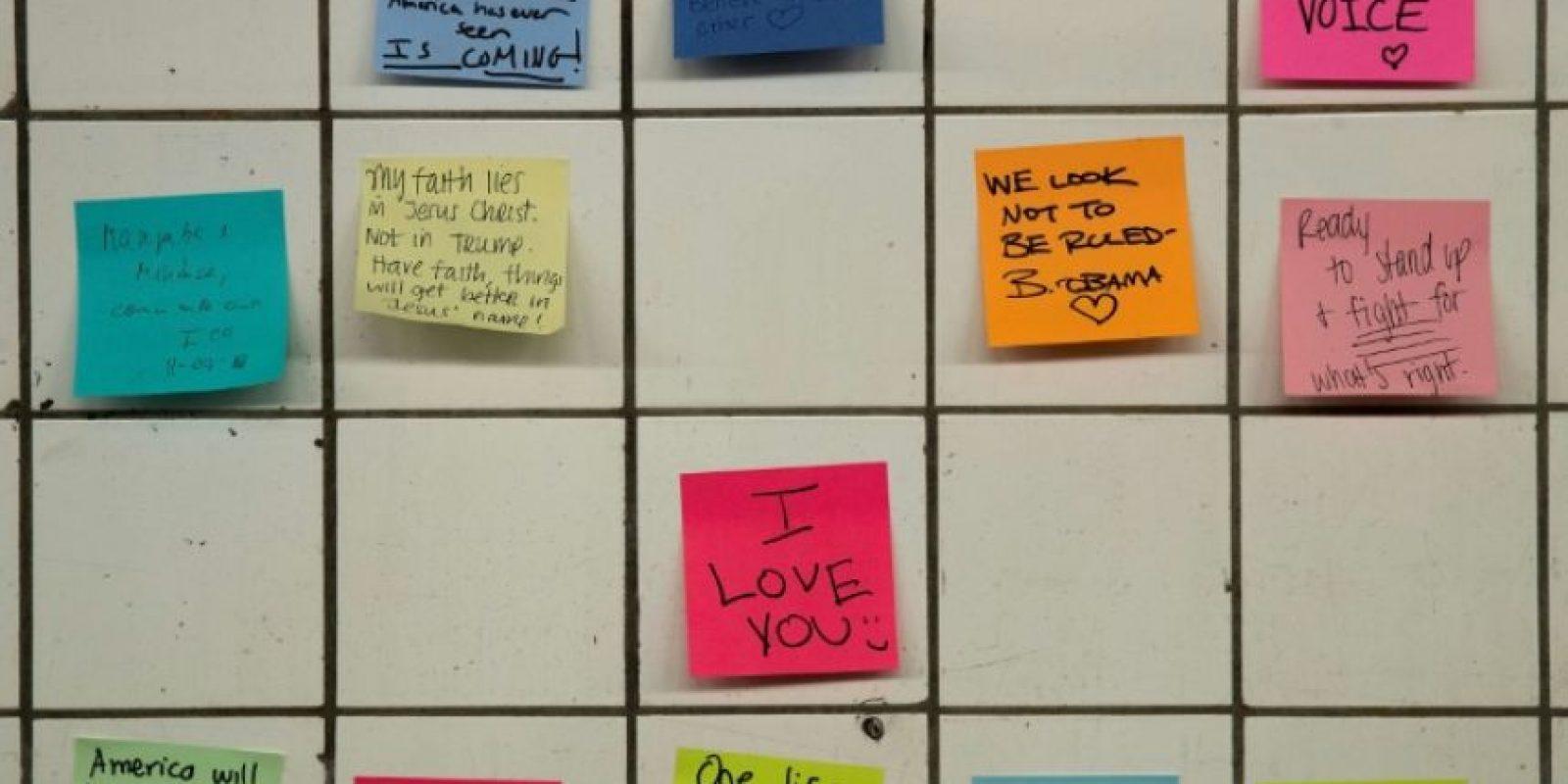 Notas pegadas en las paredes del metro de Nueva York el 10 de noviembre de 2016 Foto:Drew Angerer/afp.com