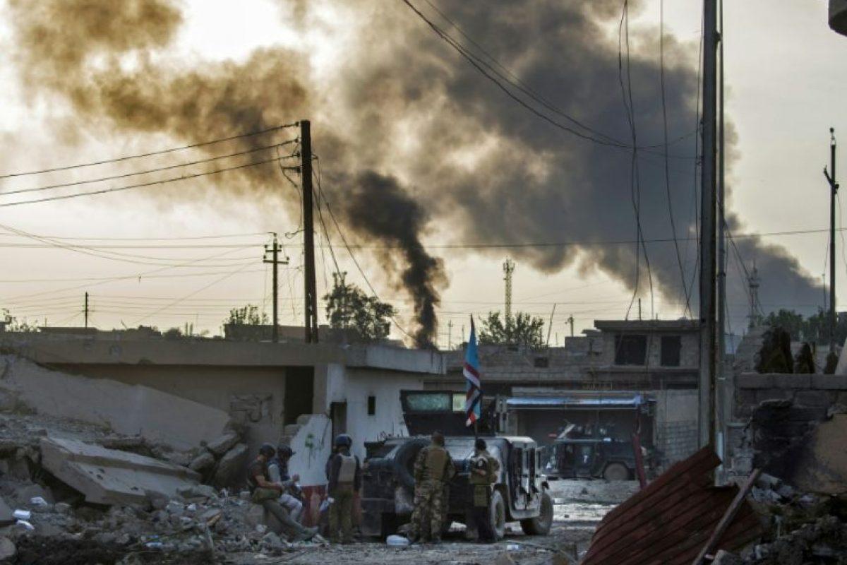 Soldados de las fuerzas especiales iraquíes toman posiciones para combatir a los yihadistas del grupo Estado Islámico (EI) en el barrio Arbagiah de Mosul, este 11 de noviembre de 2016 Foto:Odd Andersen/afp.com