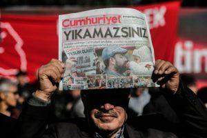 Un manifestante muestra un ejemplar de la última edición del diario Cumhuriyet durante una protesta frente a su sede por las detenciones de miembros del periódico, el pasado 2 de noviembre en Estambul Foto:Yasin Akgul/afp.com