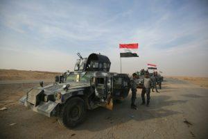 Fuerzas iraquíes se reúnen en una carretera próxima al pueblo de Arbid, en la periferia sur de Mosul, el pasado 9 de noviembre al norte de Irak Foto:Ahmad al Rubaye/afp.com