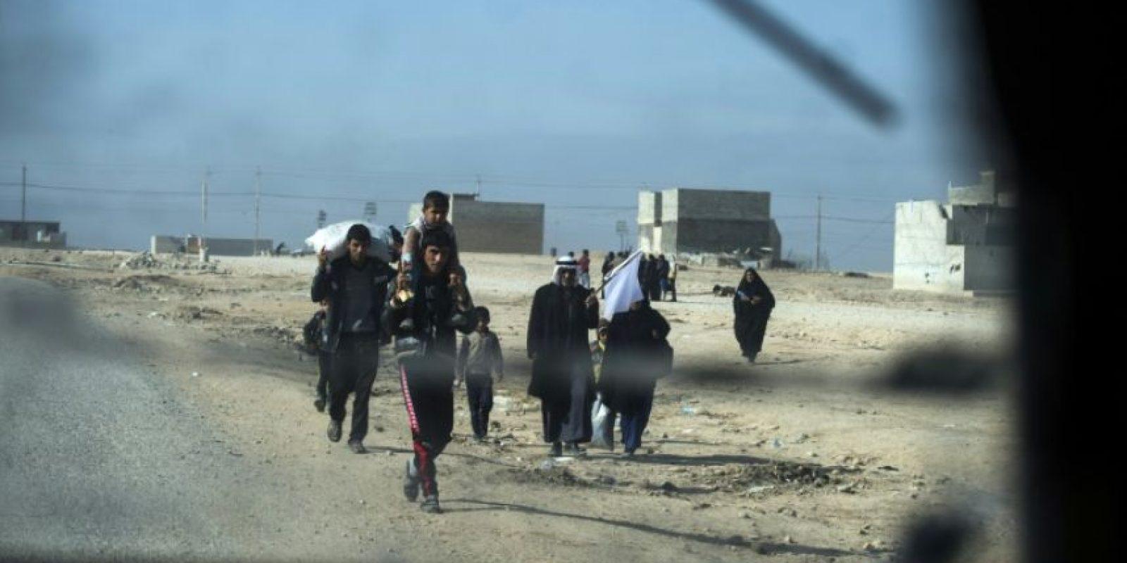 Un grupo de personas con una bandera blanca para expresar su actitud pacífica huye de los combates entre las fuerzas iraquíes y los yihadistas del grupo Estado Islámico (EI) cerca de Mosul, este 11 de noviembre de 2016 Foto:Odd Andersen/afp.com