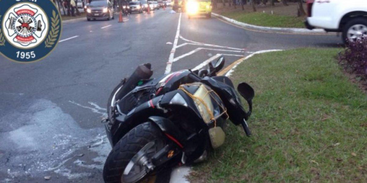 Motorista muere tras percance y junto al cadáver localizan la placa de un automóvil