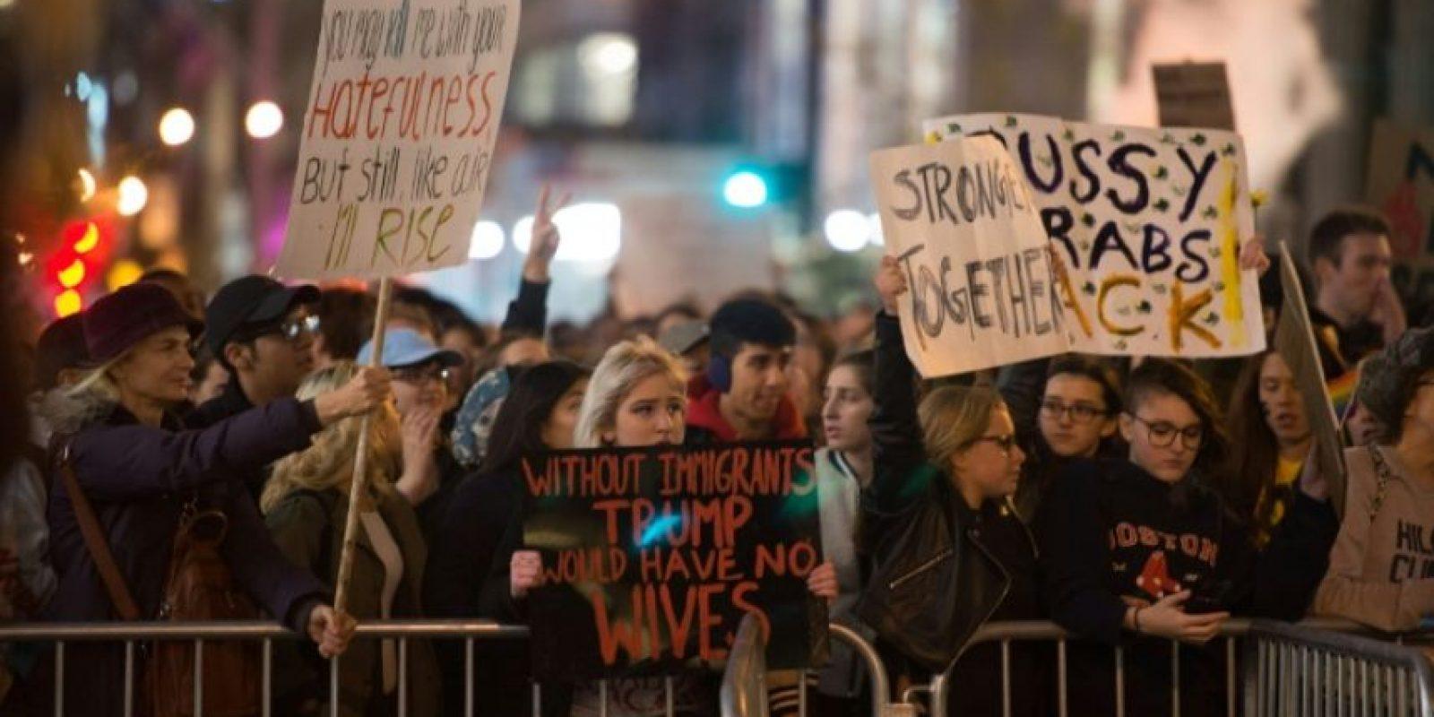 Un grupo de personas marcha en protesta de la elección de Donald Trump como presidente de EEUU el 11 de noviembre de 2016 en Nueva York Foto:Bryan R. Smith/afp.com