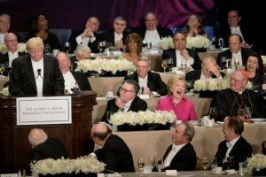 La candidata demócrata a la presidencia de EEUU, Hillary Clinton, se ríe por una broma de su rival republicano, Donald Trump (i), en una cena de la Fundación Alfred E. Smith el 20 de octubre de 2016 en Nueva York Foto:Brendan Smialowski/afp.com
