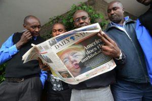 Varias personas leen en el periódico las noticias sobre la victoria de Donald Trump en las elecciones presidenciales en EEUU el 10 de noviembre de 2016 en Nairobi Foto:Simon Maina/afp.com