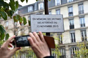 Una persona fotografía una placa en memoria de las víctimas de los atentados del 13 de noviembre de 2015 en el Bulevar Voltaire, cerca del Cafe Comptoir Voltaire, en París, al cumplirse un año de los ataques yihadistas Foto:Christophe Archambault/afp.com