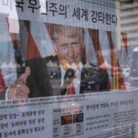 Un periódico que informa de la victoria de Donald Trump en las elecciones presidenciales estadounidenses, fotografiado el 10 de noviembre de 2016 en Seúl Foto:Ed Jones/afp.com