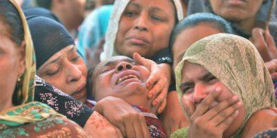 Varias mujeres lloran el 13 de noviembre de 2016 en Karachi la muerte de un allegado en el atentado perpetrado contra el santuario sufí de Shah Noorani Foto:Rizwan Tabassum/afp.com