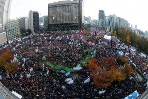 Miles de surcoreanos protestan para exigir la dimisión de la presidenta Park Geun-hye, el 12 de noviembre de 2016 en Seúl Foto:JEON HEON-KYUN/afp.com
