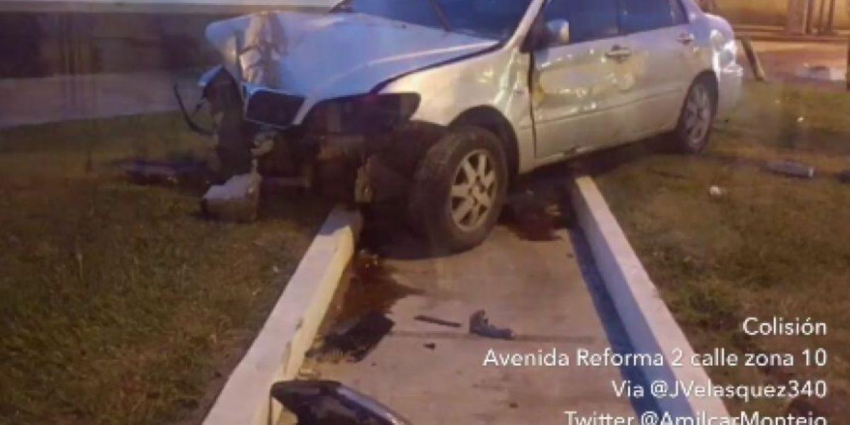 Conductor abandona su vehículo tras derribar semáforo