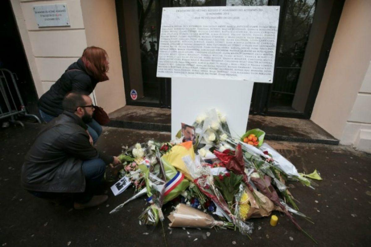 Dos personas leen una placa de homenaje a las víctimas del atentado yihadista del 13 de noviembre de 2015 en la sala de conciertos Bataclan de París, al cumplirse un año de la tragedia Foto:Joel Saget/afp.com