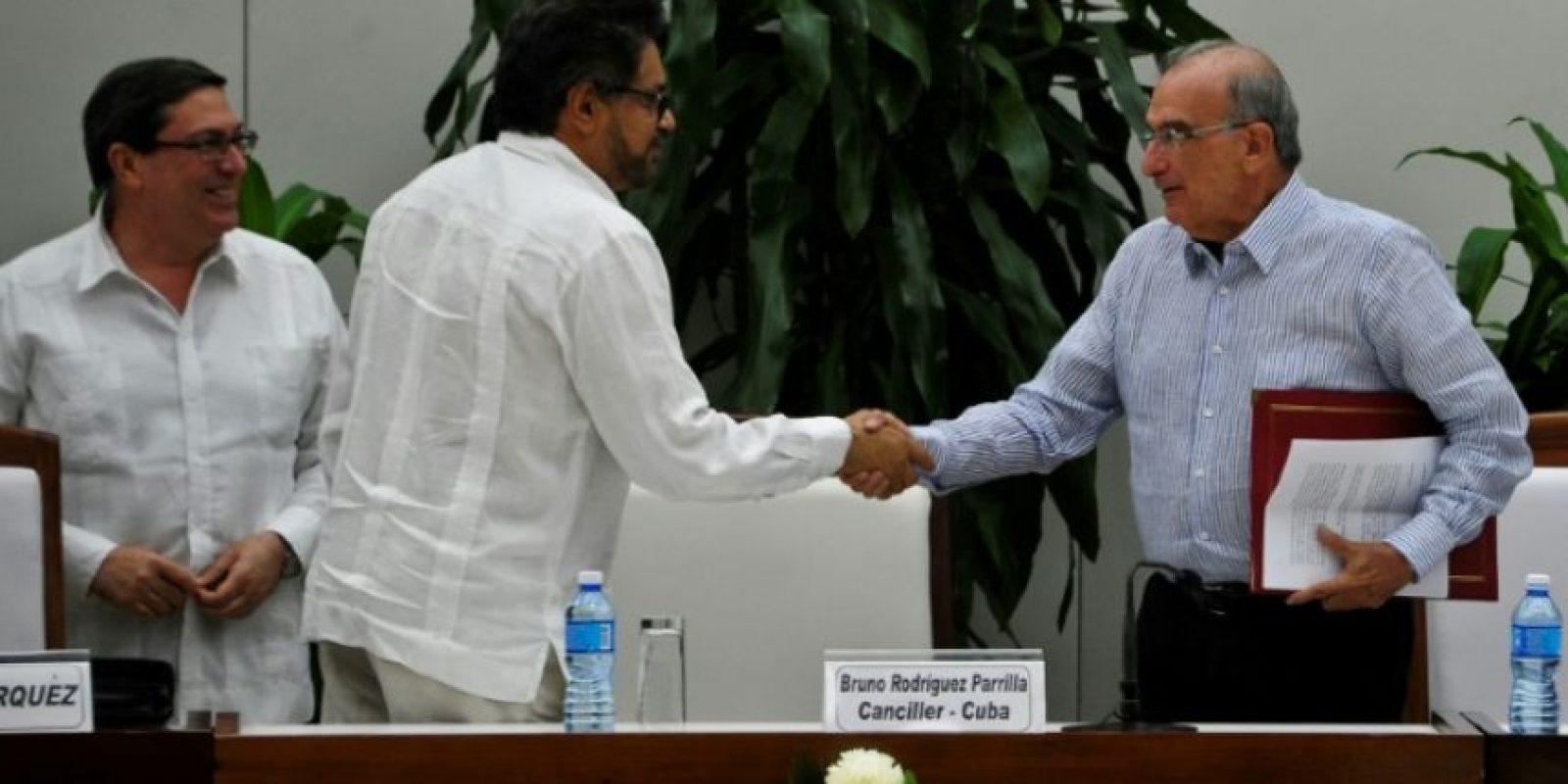 El comandante de las FARC Iván Márquez (C) y el jefe negociador del gobierno colombiano, Humberto de la Calle (D), estrechan sus manos en presencia del canciller cubano Bruno Rodríguez, tras anunciar un nuevo acuerdo de paz, el 12 de noviembre de 2016 en La Habana Foto:YAMIL LAGE/afp.com