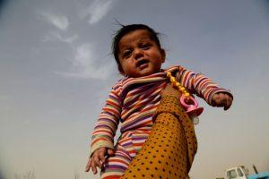 Nour, una niña siria de cinco meses llegada a un campamento de refugiados temporal en Ain Issa para albergar a la población que ha huido de Raqa, feudo del grupo yihadista Estado Islámico, fotografiada el 10 de noviembre de 2016 Foto:Delil Souleiman/afp.com