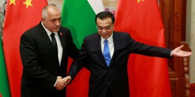 El primer ministro búlgaro, el conservador Boiko Borisov (I), es recibido por su par chino Li Keqiang, durante una reunión celebrada el 26 de noviembre de 2015 en Pekín Foto:KIM KYUNG-HOON/afp.com