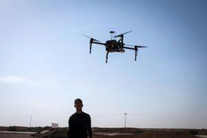 Un policía iraquí vigila los movimientos de un dron cerca de la localidad de Arbid, en el frente sureño de Mosul, el 12 de noviembre Foto:Achilleas Zavallis/afp.com