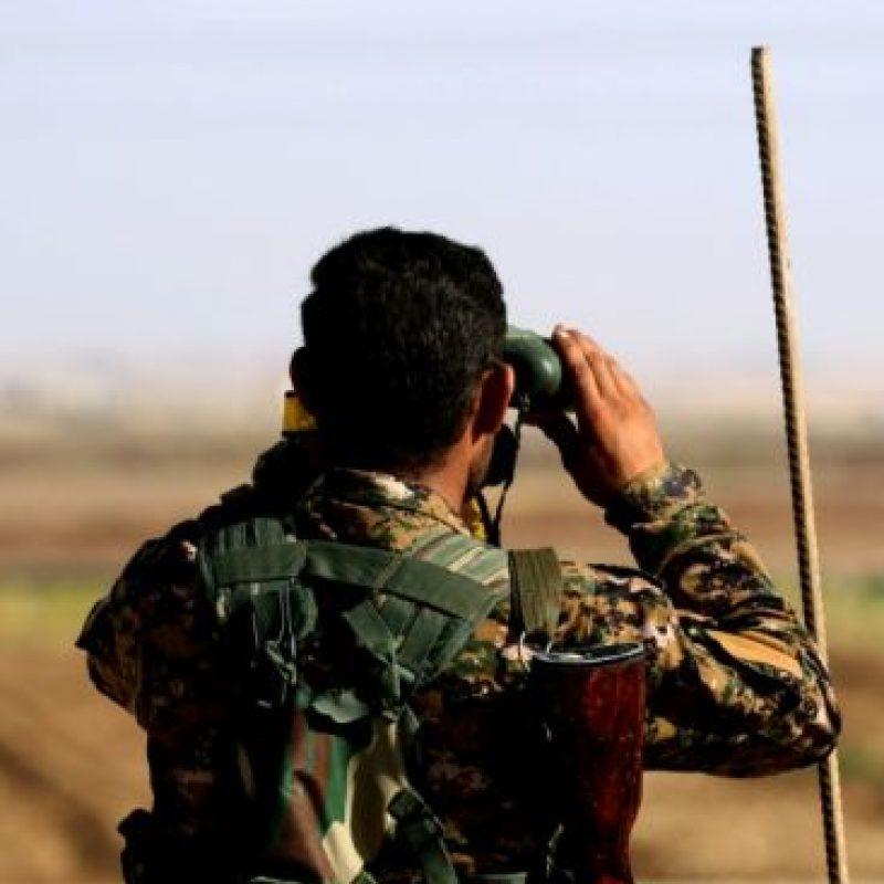 Un combatiente de la alianza árabo-kurda observa el frente donde pelean sus tropas y los yihadistas del grupo Estado Islámico (EI), en Al-Huriya el 11 de noviembre de 2016, intentando avanzar hacia el bastión de Raqa Foto:Delil Souleiman/afp.com