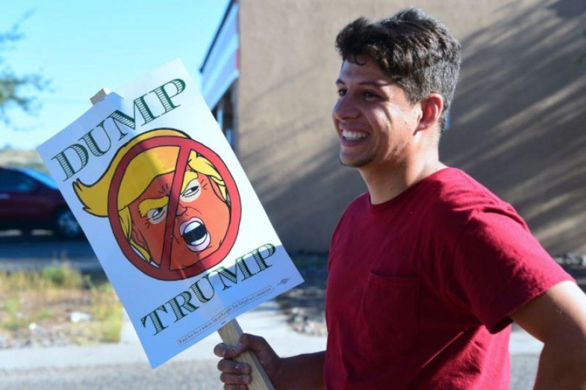 Marco, empleado de un hotel sostiene un cartel contra el candidato presidencial estadounidense Donald Trump en Nogales en Estados Unidos cerca de la frontera con México el 11 de octubre de 2016 Foto:Frederic J. Brown/afp.com