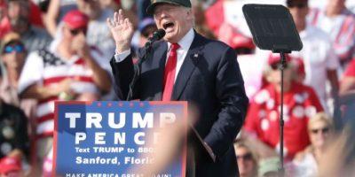 El republicano Donald Trump hace campaña para las elecciones presidenciales en EEUU el 25 de octubre de 2016 en el aeropuerto de Orlando-Sanford, en Florida Foto:Gregg Newton/afp.com