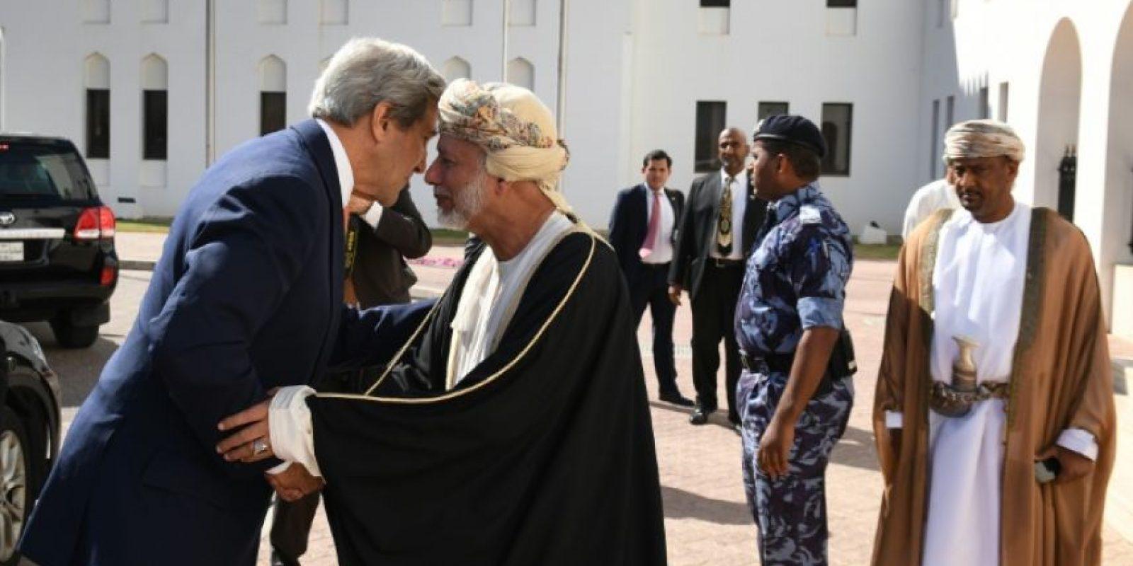Secretario de Estado de Estados Unidos, John Kerry (L), se reúne con el Ministro de Relaciones Exteriores de Omán, Yusef Ben Alaui, en Muscat, Omán, el 14 de noviembre de 2016. Foto:Mark RALSTON/afp.com