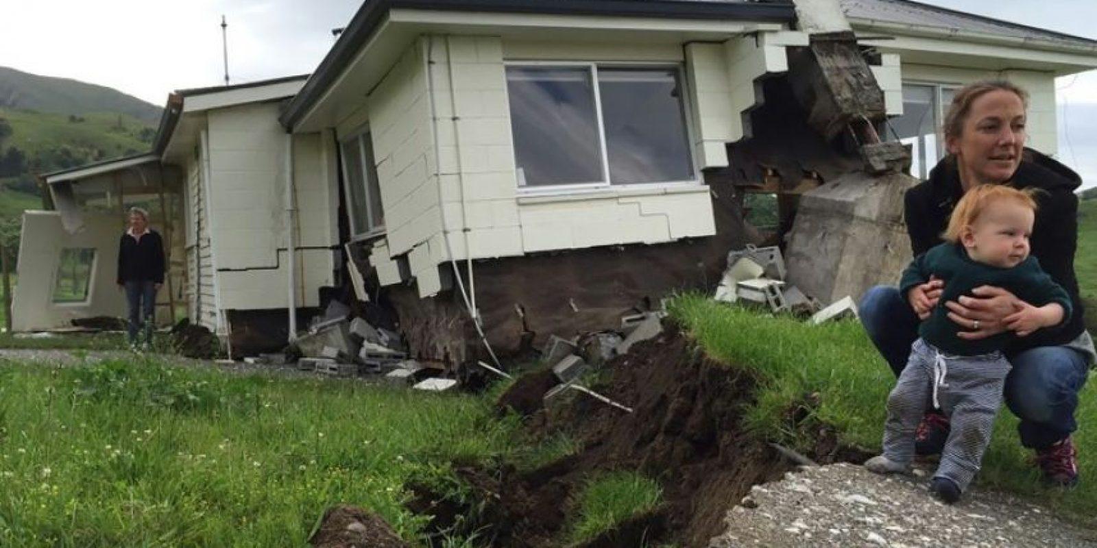 Una mujer y su hijo enfrente de su casa dañada por el terremoto de Nueva Zelanda, cerca de Kaikoura, en la costa este de la Isla Sur, el 14 de noviembre de 2016 Foto:Alex Perrottet/afp.com